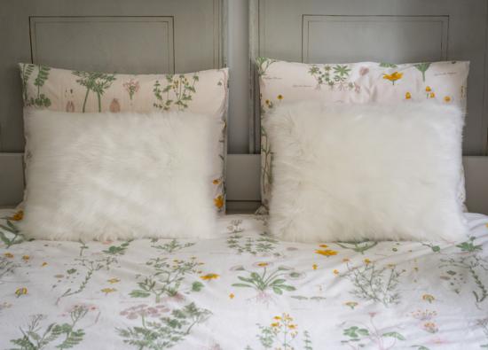 Futrzana poduszka dekoracyjna CZUPER ecru 40x50 cm